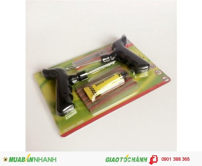 Bộ dụng cụ vá xe không ruột bao gồm: 1 cây gắp đinh, 1 cây chịu lực để đưa...