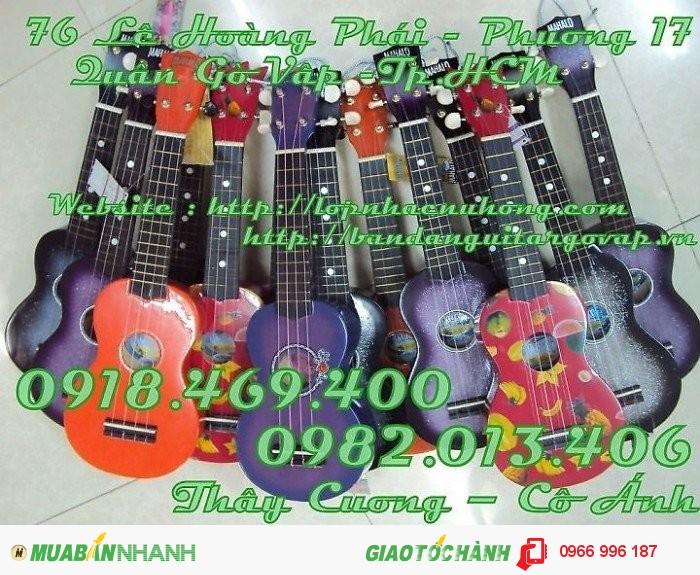 Đàn ukulele nhiều màu, giá siêu rẻ luôn.