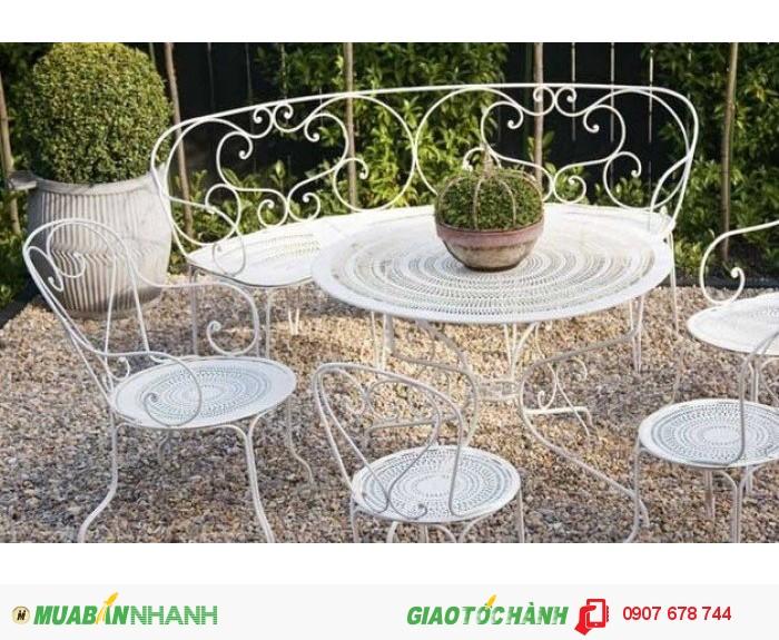 Bộ bàn ghế thiết kế theo phong cách của Pháp,mặt bàn và ghế được cắt CNC khéo léo và bắt mắt.2