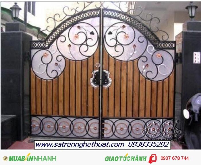 Thiết kế cửa cổng thoáng nhưng vẫn đảm bảo riêng tư nhờ tấm Poli được lắp bên trong. Đây là thiết kế mới nhờ công nghệ sản xuất hiện đại với loại vật liệu Poli đặc..