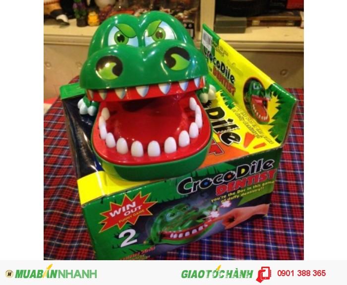 - Dùng ngón tay ấn răng của cá sấu xuống, nếu trúng răng đau cá sấu sẽ kẹp tay bạn. Muốn chơi lại, bạn nâng hàm trên của cá sấu lên và vị trí răng đau sẽ thay đổi để bạn bắt đầu chơi lại.2