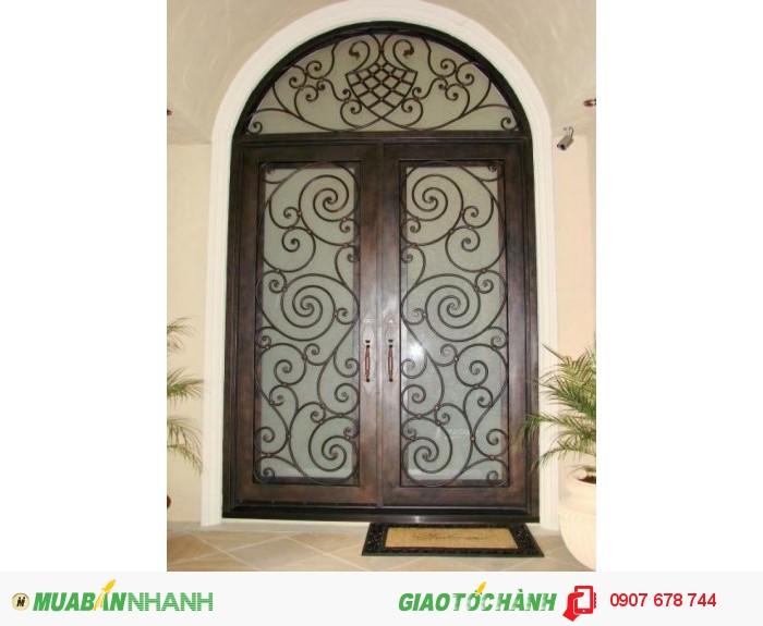 Thiết kế của cánh cửa từ những cây sắt phi được uốn rèn thành hình xoắn ốc rất tinh tế làm điểm nhấn cho toàn bộ cánh cửa.0