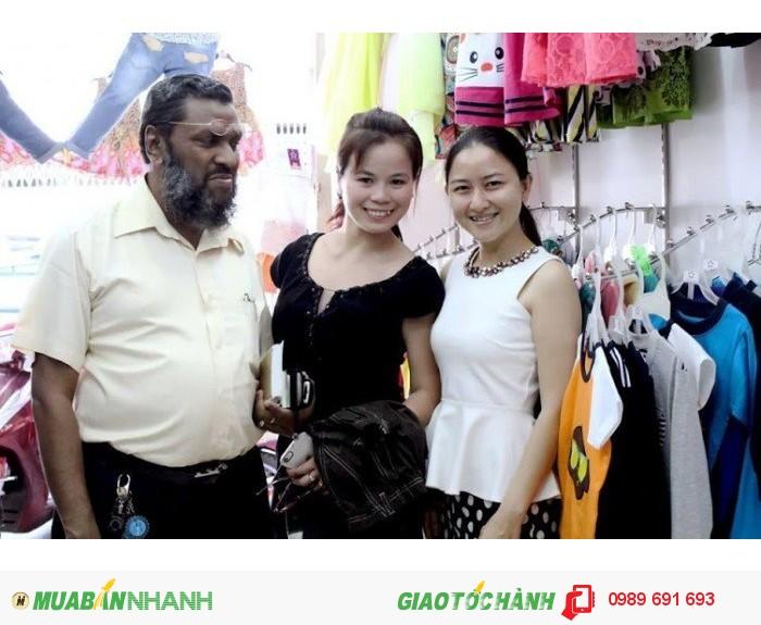 Khách hàng nước ngoài chụp hình cùng Trang Trần chủ Xưởng may gia công Trang Trần