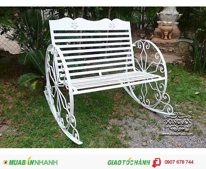 Ghế xích đu sắt này khá gọn gàng và đơn giản nhưng vẫn có thể đong đưa nhẹ nhàng. Với thiết kế mới này, ghế xích đu sắt đã tạo thêm cho bạn nhiều lựa chọn mới mẻ và độc đáo.