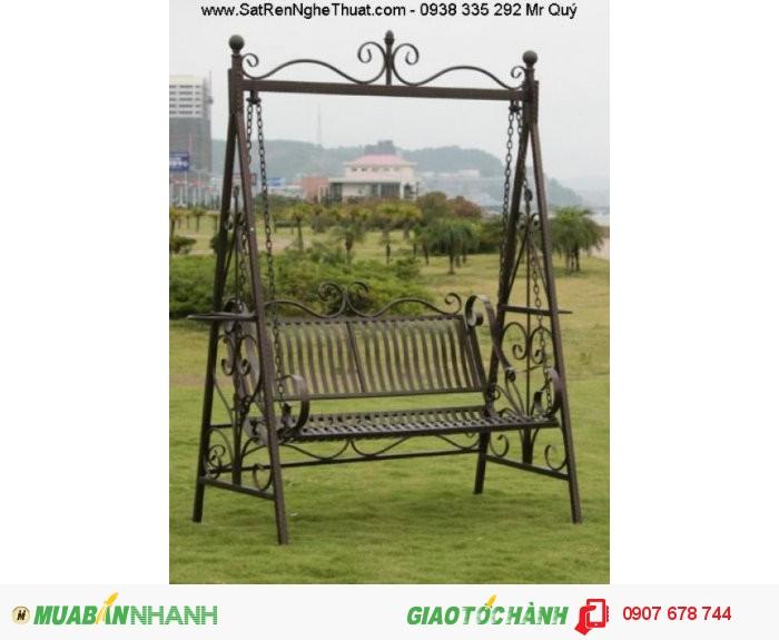 Xích đu sắt rèn nghệ thuật sân vườn đẹp cũng giúp bạn có thêm cảm hứng hay góp phần giải tỏa stress sau những giờ làm việc căng thẳng.