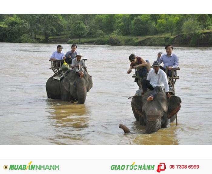 Du khách cưỡi voi vượt sông Serepok. Voi ở Buôn Đôn hầu hết thuộc vườn quốc...