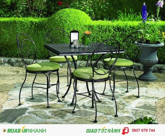 Bộ bàn ghế sân vườn sắt rèn nghệ thuật có khả năng chịu nhiệt cao.Kỹ thuật sơn tiên tiến, không bị bong tróc khi thời tiết nắng hay mưa.2
