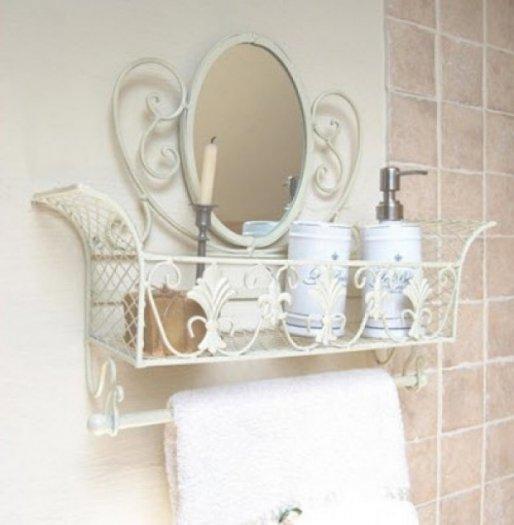 Kệ ốp tường sắt rèn kèm theo gương tạo cho phòng tắm sự sang trọng.