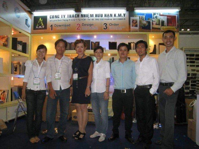 Chủ cửa hàng Phượng Hoàng Art chụp ảnh cùng nhân viên