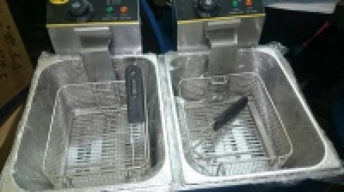 Bếp chiên nhúng đôi OMOSO OZ – 82 Gía bán : 2.200.000 VNĐ  Thông số kỹ thuật: Model:  OZ – 82 Điện áp: 220v / 50Hz. Công suất: 2x 2,5Kw. Dung tích: 5,5x2 = 11lit. Kích thước: 58x51x47 cm. Nhiệt độ: 50 – 200 0C Năng lượng dùng: Điện. Hãng sản xuất: OMOSO1
