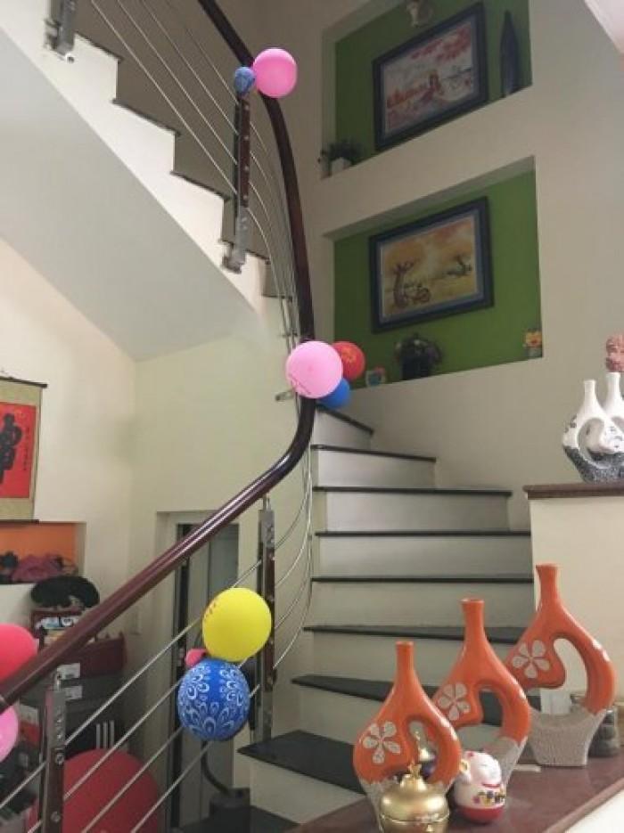 Bán gấp nhà mặt phố Phố Nguyễn Văn Cừ, Long Biên DT 52, 5.5 tầng, MT 5, giá 11 tỷ, có thương lượng.