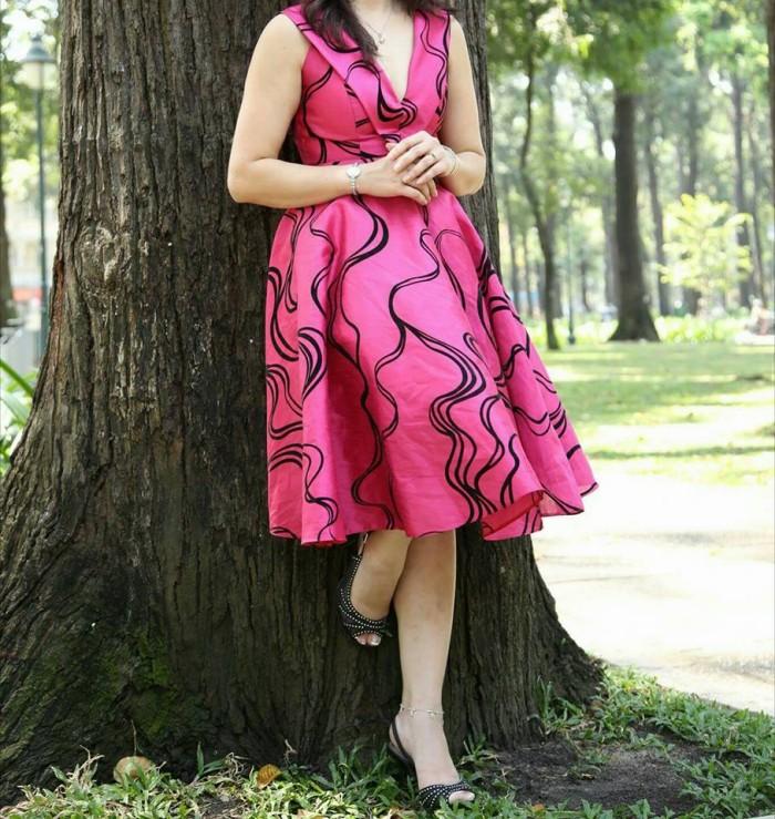 Kiểu đầm lửng hồng, khá nhẹ nhàng và nữ tính, tạo nên nét dịu dàng và thoải mái cho người mặc.