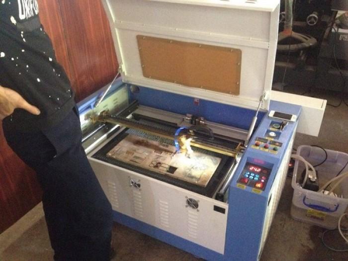 Máy laser 6040 chuyên cắt khắc phi kim