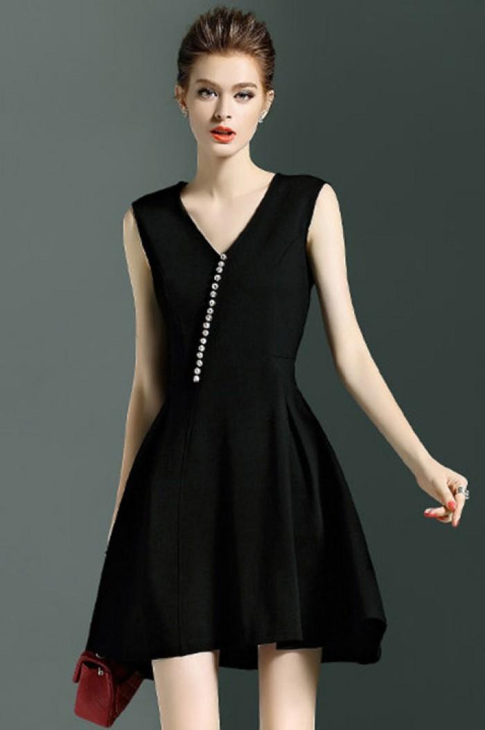 Váy Đen thanh lịch với điểm nhấn là hàng nút trắng ở giữa tạo nên sự khác biệt, là sản phẩm may gia công cho shop thời trang