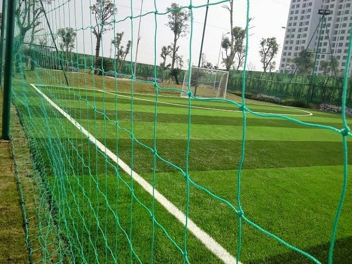 Lưới chắn bao quanh sân bóng đá