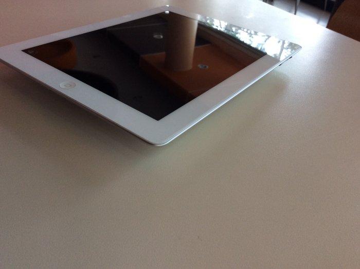 iPad2 16g wifi only , trắng . zin.