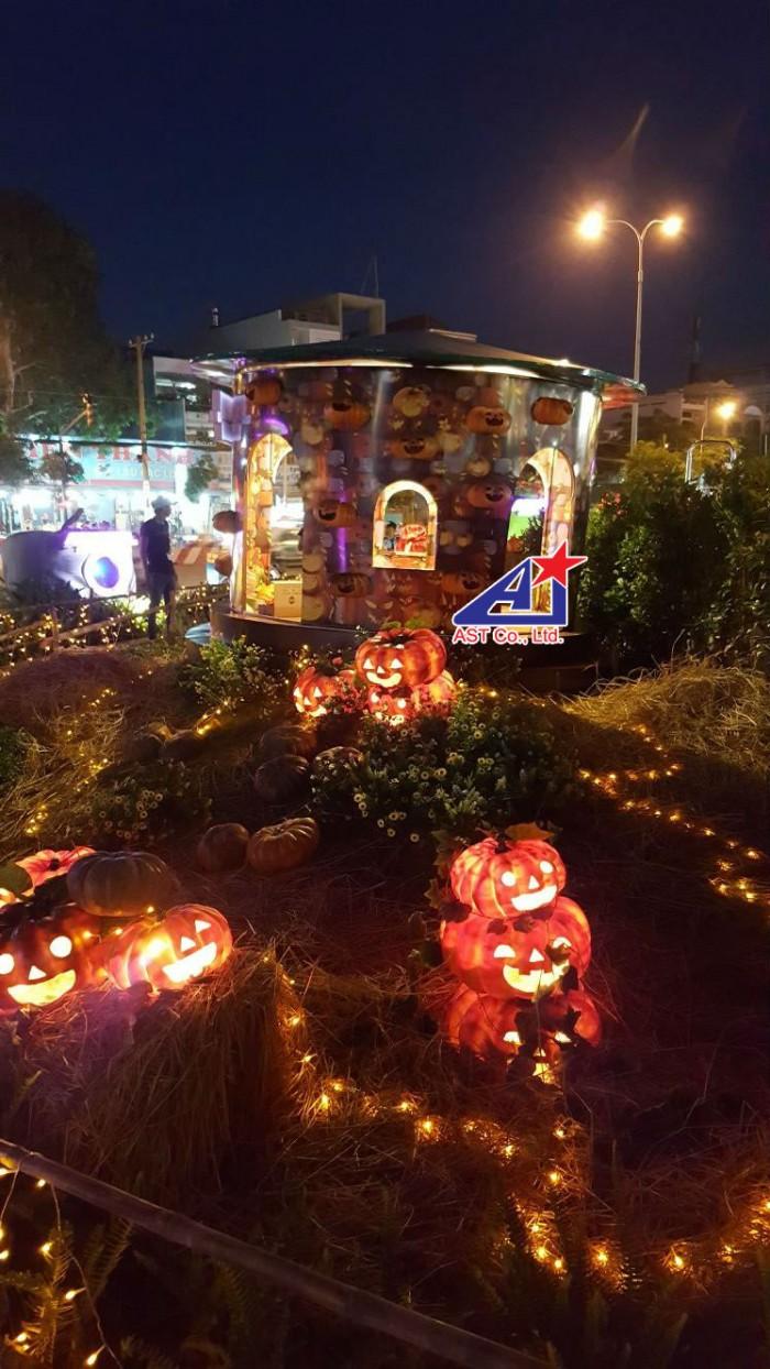 Ngôi nhà bí, xung quanh là bí đỏ Halloween - phối cảnh thi công ngoại cảnh Halloween tại Aeon Mall Bình Tân - thực hiện bởi Ánh Sao Trẻ