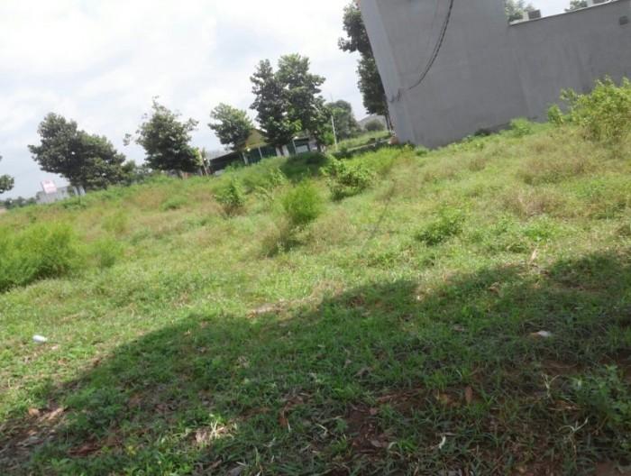 Cần bán nền đất ở thị trấn Bến Lức giáp 3 mặt tiền
