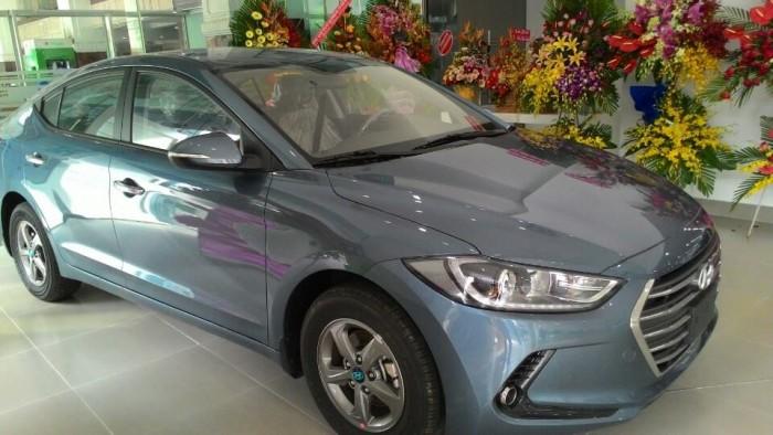 Elantra 1.6 MT màu xanh đá có sẵn tại Hyundai Q4