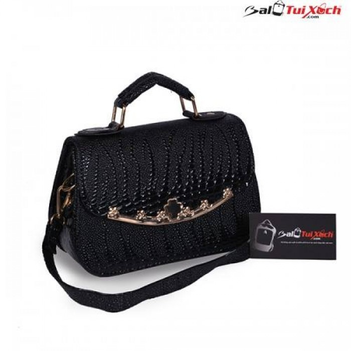 Mẫu túi xách đen khóa bấm sang trọng có cả quai đeo và quai xách tiện lợi thích hợp cho các bạn nữ yêu sự quý phái
