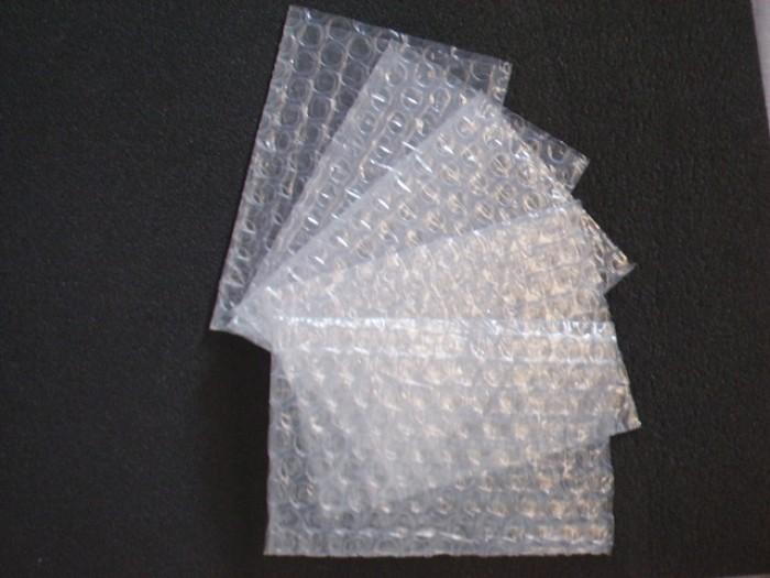 Túi bóng khí chống sốc, túi bóng khí bảo vệ hàng mỹ phẩm, phụ kiện, linh kiện điện tử, đồ công nghệ. Túi chống sốc có sẵn size: - 15x10 cm - 165,000đ/100 túi - 20x10 cm - 220,000đ/100 túi1