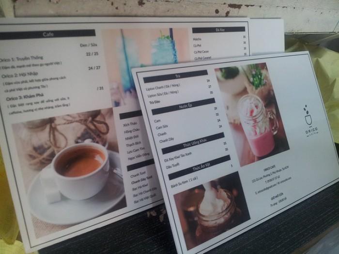 In menu quán bánh   Hình ảnh bánh được in lớn, dạng tấm ốp tường, vừa trang t...