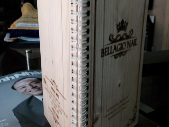 Menu khắc gỗ gáy đóng lò xo được Phượng Hoàng Art làm cho BellaGio Nail