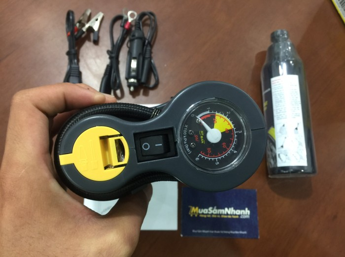 - Sản phẩm bao gồm: 1 dụng cụ bơm hơi, 1 chai dung dịch (250ml), 1 bộ dây cáp chuyên dụng, giúp bạn có thể tự vá lỗ thủng đến 6mm và bơm phồng lốp xe để tiếp tục chuyến đi một cách an toàn, nhanh chóng và đơn giản vô cùng so với việc thay lốp thông thường.4