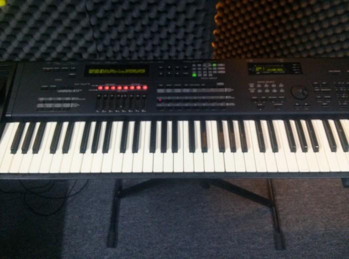 Đàn Organ Roland JV 1000