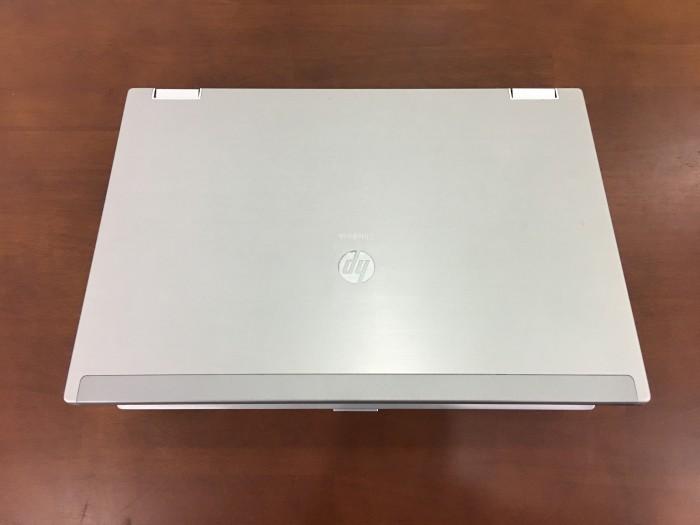 Máy có vỏ nhôm nguyên khối, thiết kế mạnh mẽ và sang trọng với logo HP ngay trên vỏ máy.