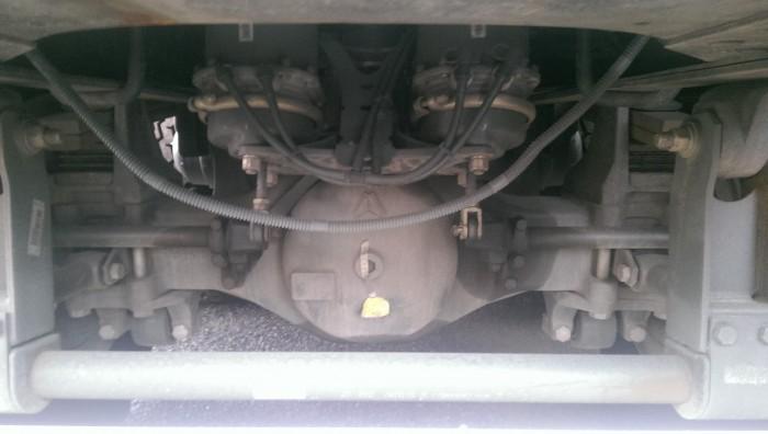 Cầu trước – Tải trọng 9 tấn.     Hệ thống lái cùng với trục trước cố định. Cầu sau – Cầu đúc AC16 – Tải trọng 16 x 2 tấn. Tỷ số truyền: 5.73