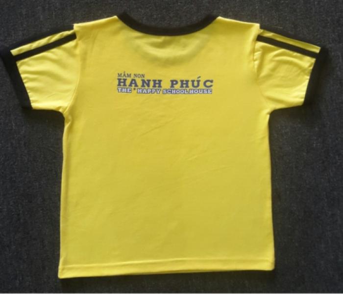 Áo thể dục mầm non | Mặt sau | ÁO MẦM NON MÀU VÀNG CÓ VIỀN | Kiểu áo: áo thun cổ tròn, thân áo màu vàng cúc, viền cổ, viền tay màu đen, 2 bên tay có 3 sọc đen, in logo thân trước, in thân sau | Màu sắc: vàng cúc phối đen | Chất liệu: vải cotton 65/35