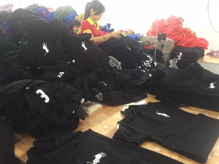 Nhân viên May Lê Thành đang kiểm tra hàng áo thun trước khi giao hàng