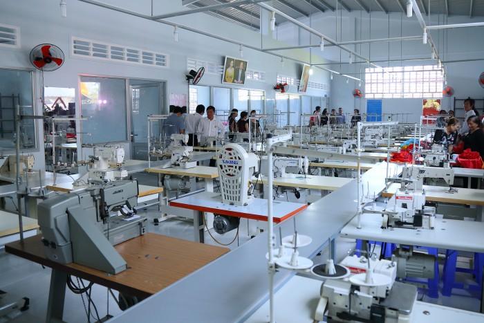 Xưởng may Lê Thành tại Bến Tre được trang bị hệ thống máy may Juki hiện đại, từng phân xưởng chuyên biệt cùng các máy móc hỗ trợ trong ngành may mặc