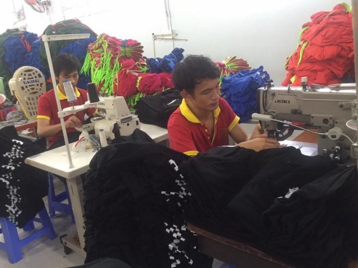 May Lê Thành với nhiều năm kinh nghiệm trong lĩnh vực may áo khoác số lượng lớn. Với đội ngũ tư vấn, thiết kế chuyên nghiệp, đội ngũ công nhân may tay nghề cao, cùng với nhà xưởng, máy móc hiện đại sẽ mang đến cho bạn những mẫu áo khoác tốt nhất.