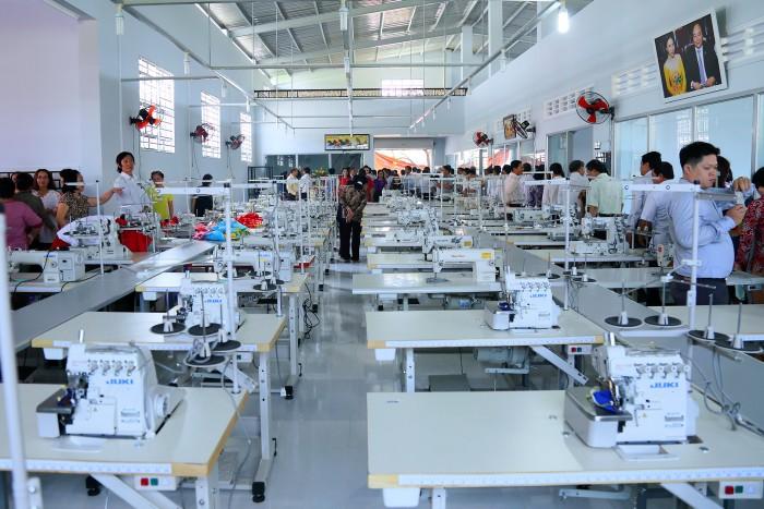 Xưởng may gia công LiMac với trang thiết bị ngành may hiên đại, hơn 7 chuyền may từ 4 phân xưởng, năng lực may 20.000 sản phẩm /ngày là đối tác may gia công đồng phục bếp nói riêng cũng như đồng phục các loại nói chung. Liên hệ nhanh để nhận tư vấn và báo giá dịch vụ.