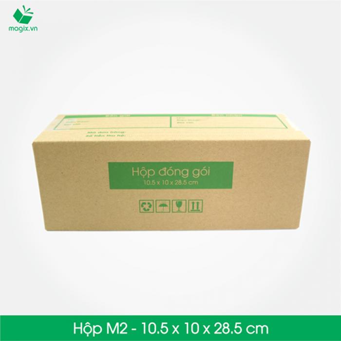 HỘP CARTON ĐÓNG GÓI GIAO HÀNG COD Sản phẩm: MC3 - Size 28.5x10.5x10 cm- Hộp Carton đóng gói gửi hàng thu hộ COD Công dụng: Đóng gói Hộp đựng dù, rượu, dầu gội, chai,các vận phẩm dạng trụ dài,… Phù hợp đóng gói các sản phẩm dạng cao hoặc có khả năng cuộn tròn như: - Giày dép nữ (1 đôi) - Mỹ phẩm: các mỹ phẩm dạng chai như kem, dầu, sữa rửa mặt, nước hoa… - Quần áo: áo thun, đầm, váy (cuộn tròn) - Phụ kiện: dây nịt, kiếng, gậy tự sướng… - Chai lọ nước… - Đèn pin - Bình giữ nhiệt - Bình uống nước Đặc điểm: In thông tin đơn hàng giao nhận gồm Thông tin người gửi, Thông tin người nhận, Mã vận đơn, số tiền thu hộ,…  TIÊU CHUẨN SẢN PHẨM: - Carton 3 lớp sóng B, chịu lực tốt. - Được in sẵn bản điền Thông tin Người gửi – Người nhận và tiền thu hộ COD. - Kích thước được fix sẵn theo nấc vận chuyển giao nhận 250gr, 500gr, 1000gr #ems #viettelpost #shipchung #kerryexpress  #giaohangnhanh #goldship -Hộp Carton được thiết kế tối ưu kích thước khi vận chuyển -Đảm bảo hàng hóa được bảo vệ an toàn -Đem lại trải nghiệm tốt nhất cho Khách hàng0