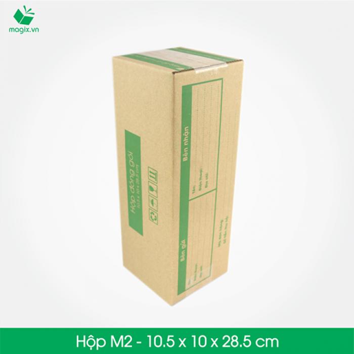 HỘP CARTON ĐÓNG GÓI GIAO HÀNG COD Sản phẩm: MC3 - Size 28.5x10.5x10 cm- Hộp Carton đóng gói gửi hàng thu hộ COD Công dụng: Đóng gói Hộp đựng dù, rượu, dầu gội, chai,các vận phẩm dạng trụ dài,… Phù hợp đóng gói các sản phẩm dạng cao hoặc có khả năng cuộn tròn như: - Giày dép nữ (1 đôi) - Mỹ phẩm: các mỹ phẩm dạng chai như kem, dầu, sữa rửa mặt, nước hoa… - Quần áo: áo thun, đầm, váy (cuộn tròn) - Phụ kiện: dây nịt, kiếng, gậy tự sướng… - Chai lọ nước… - Đèn pin - Bình giữ nhiệt - Bình uống nước Đặc điểm: In thông tin đơn hàng giao nhận gồm Thông tin người gửi, Thông tin người nhận, Mã vận đơn, số tiền thu hộ,…  TIÊU CHUẨN SẢN PHẨM: - Carton 3 lớp sóng B, chịu lực tốt. - Được in sẵn bản điền Thông tin Người gửi – Người nhận và tiền thu hộ COD. - Kích thước được fix sẵn theo nấc vận chuyển giao nhận 250gr, 500gr, 1000gr #ems #viettelpost #shipchung #kerryexpress  #giaohangnhanh #goldship -Hộp Carton được thiết kế tối ưu kích thước khi vận chuyển -Đảm bảo hàng hóa được bảo vệ an toàn -Đem lại trải nghiệm tốt nhất cho Khách hàng2