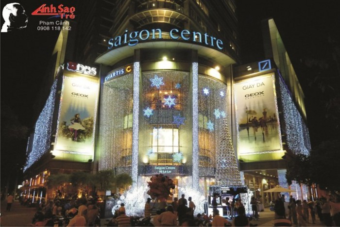 Trang trí mặt tiền trung tâm thương mại Sài Gòn Center mùa Noel Giáng Sinh vừa qua,...
