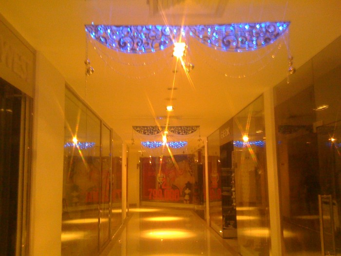 Tranh trí Noel, Giáng Sinh khu vực sảnh, hành lang, trần hành lang | Trang trí với đèn Led siêu sáng đính kèm phụ kiến Giáng Sinh như quả châu, ông già Noel nhí