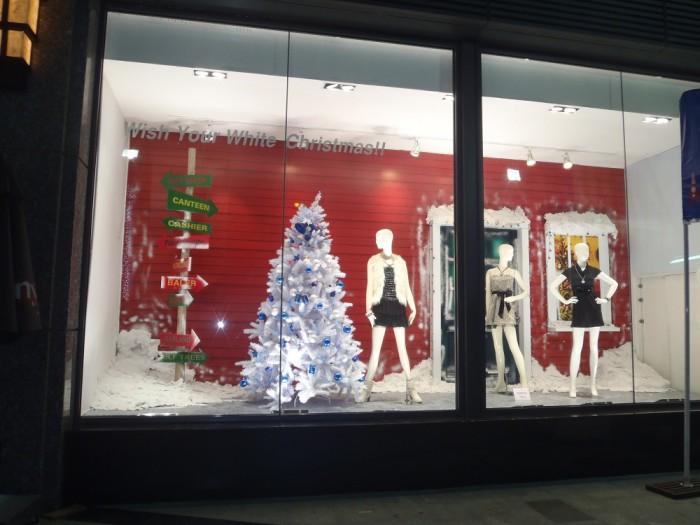 Thi công trang trí Giáng Sinh cho ô kính trưng bày thời trang ngay mặt tiền trung tâm thương mại | Trang tiểu cảnh Giáng Sinh với người tuyết, cây thông Giáng Sinh cách điệu, thi công decal dán kính, đèn led trang trí - liên hệ Ánh Sao Trẻ để được tư vấn thiết kế và thi công tiểu cảnh trang trí Giáng Sinh cho shop thời trang, cửa hàng thời trang của bạn