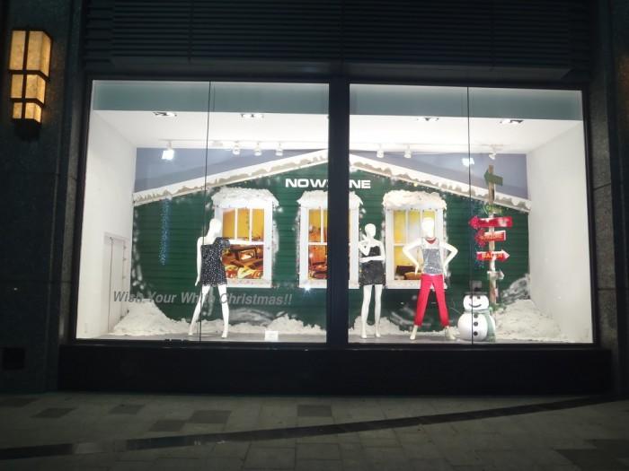 Thi công trang trí Noel cho ô kính trưng bày thời trang ngay mặt tiền trung tâm thương mại | Trang tiểu cảnh Noel với người tuyết, cây thông Noel cách điệu, thi công decal dán kính, đèn led trang trí - liên hệ Ánh Sao Trẻ để được tư vấn thiết kế và thi công tiểu cảnh trang trí Noel cho shop thời trang, cửa hàng thời trang của bạn
