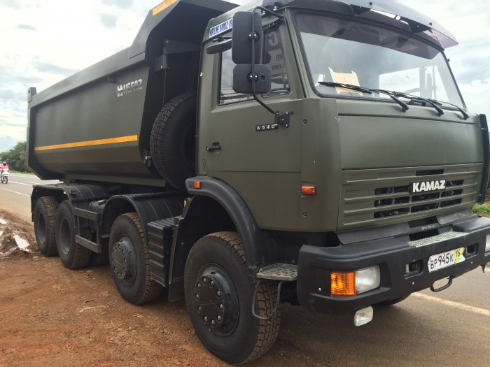Kamaz ben 6540 màu xanh quân đội, 4 giò 17 tấn, 2016.