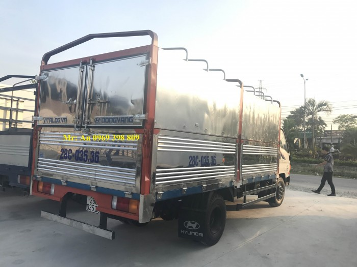 Xe tải hyundai HD700 6,85 tấn thùng bạt là dòng xe nâng tải mới của Hyundai Đồng Vàng, xe được nang tải từ hyundai hd 72 3.5 tấn lên.