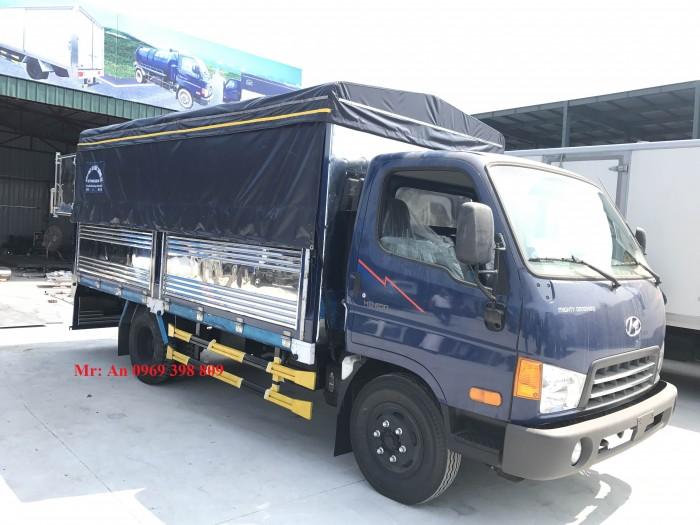 Dòng xe tải Hyundai Hd700 6.85 tấn thùng bạt có 2 mầu cơ bản: trắng, xanh.