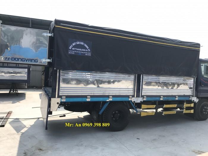 Nội thất xe tải Hyundai HD700 đồng vàng được thiết kế nhằm tạo điều kiện thoái mái tối đa cho người dùng, điều hoà, hệ thống kính xe được điều kiển bằng điện