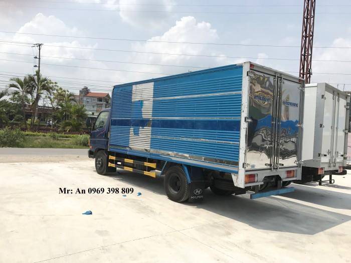 Ngoại thất HD700 6,85 tấn thùng bạt: Xe ô tô Hyundai HD700 thùng bạt có trang bị đèn sương mù.