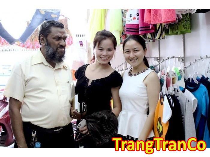 Khách quốc tế đến đặt may gia công số lượng lớn cùng May gia công Trang Trần | có nhiều ưu đãi với những khách hàng có hợp đồng số lượng lớn.