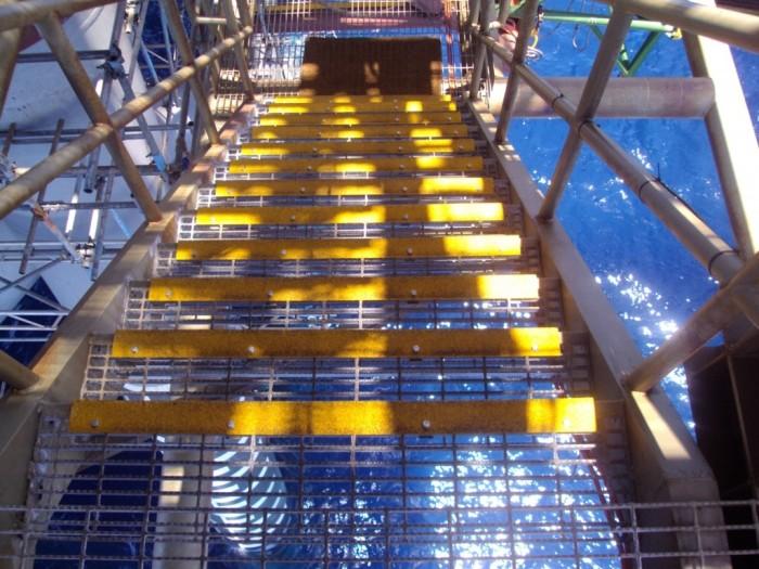 bậc thang chống trượt trên giàn khoan4