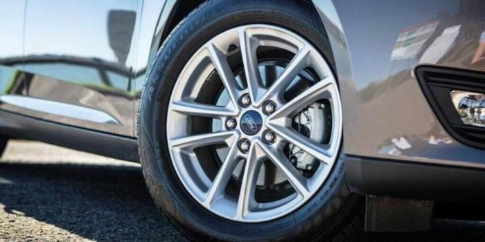 Động cơ và khả năng vận hành xe Ford Focus 2017 Hầu hết các phiên bản của Ford Focus 2017 sử dụng động cơ 2.0 lít V4 công suất lên đến 160 mã lực, kết hợp hộp số sàn 5 cấp hoặc số sàn 6 cấp PowerShift ly hợp kép tự động, giúp lái xe thể thao, cảm giác xe đã hơn.